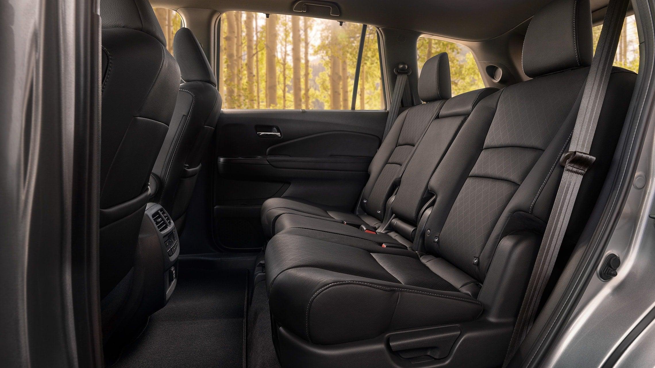 Interior trasero de la Honda Passport Elite2019 en Black Leather mostrando asientos de segunda fila espaciosos.
