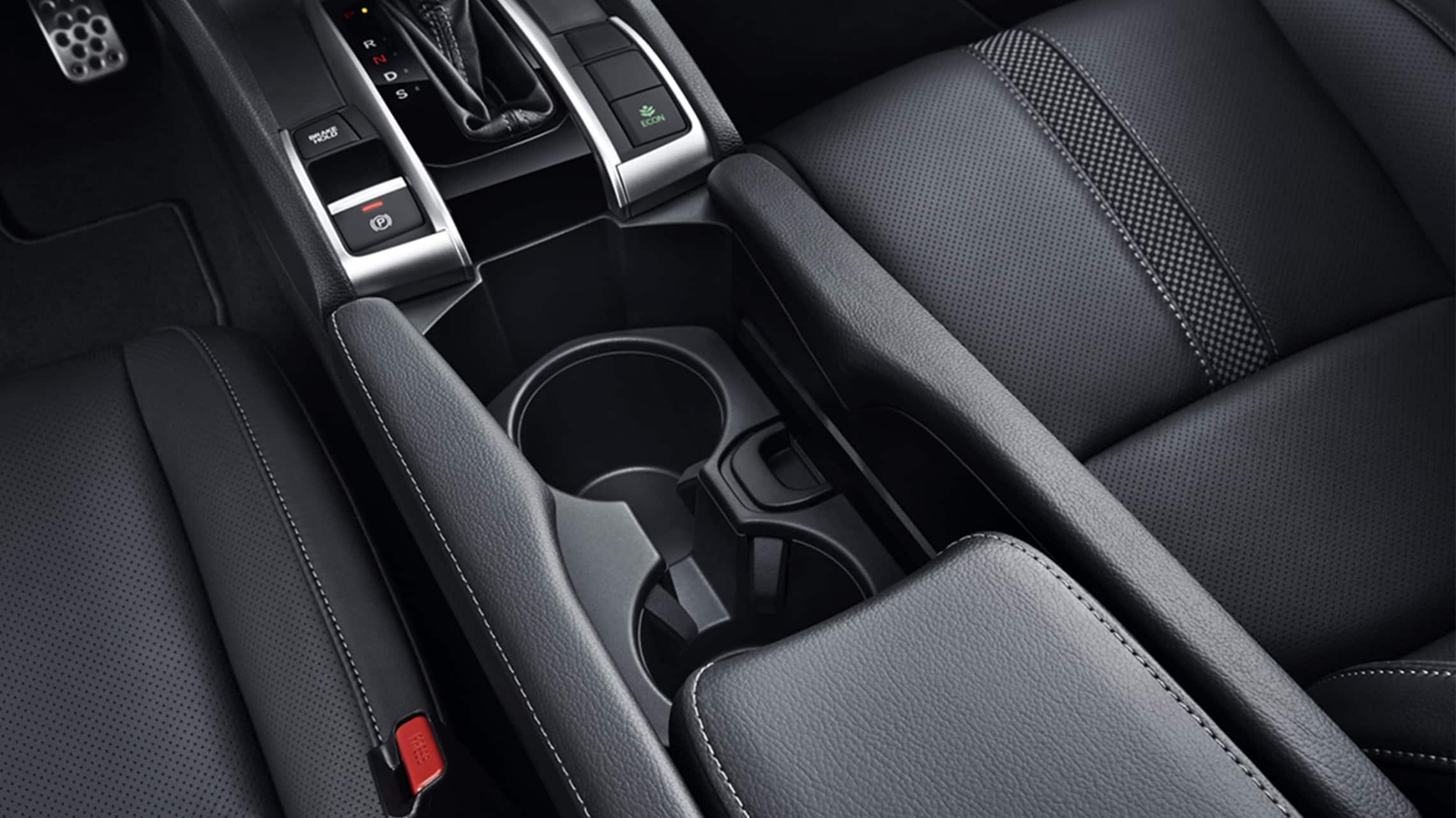 Detalle del portavasos en el Honda Civic Sport Touring Hatchback2020.