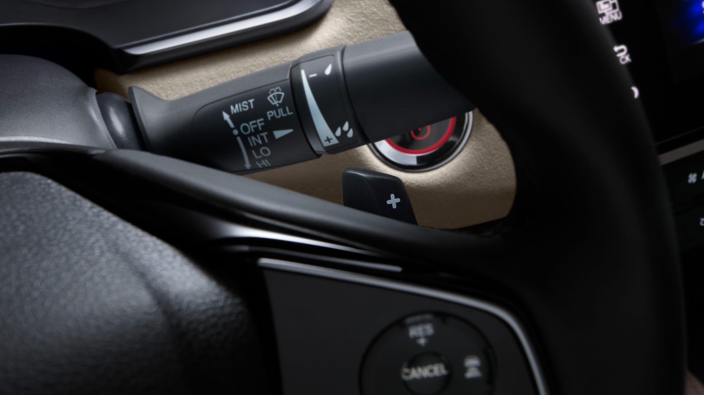 Detalle de los selectores de desaceleración montados en el volante del Clarity Plug-In Hybrid2020.