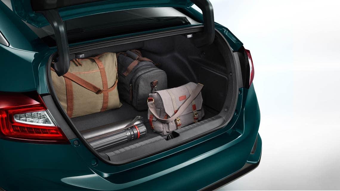 Detalle de carga en el maletero abierto del Clarity Plug-in Hybrid2020.