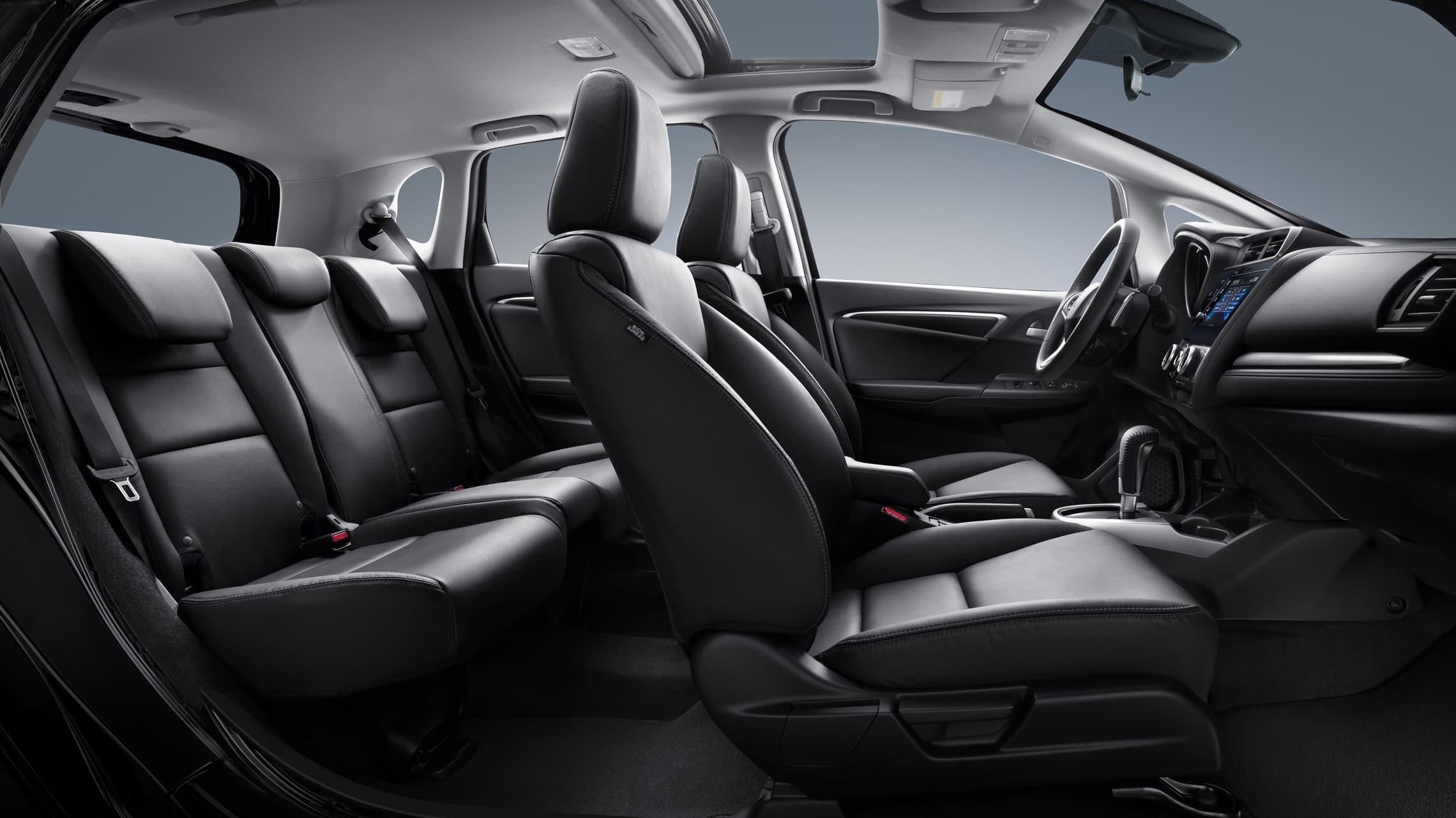 Vista de perfil desde el lado del pasajero del interior del HondaFitEX-L2020 con Black Leather.