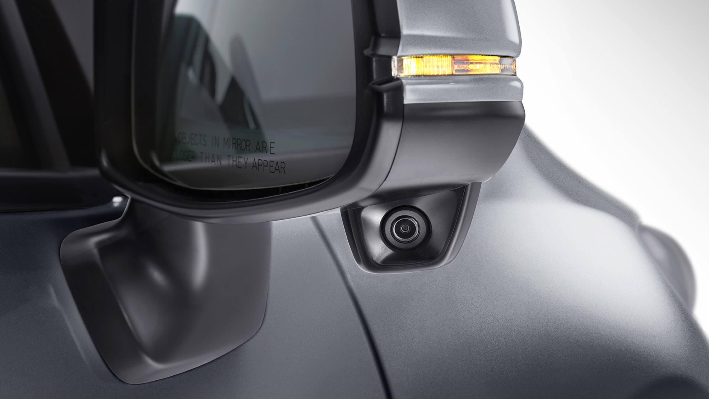 Vista en primer plano exterior de la característica Honda LaneWatch™ en el espejo del lado del pasajero en el Honda Fit EX-L2020.