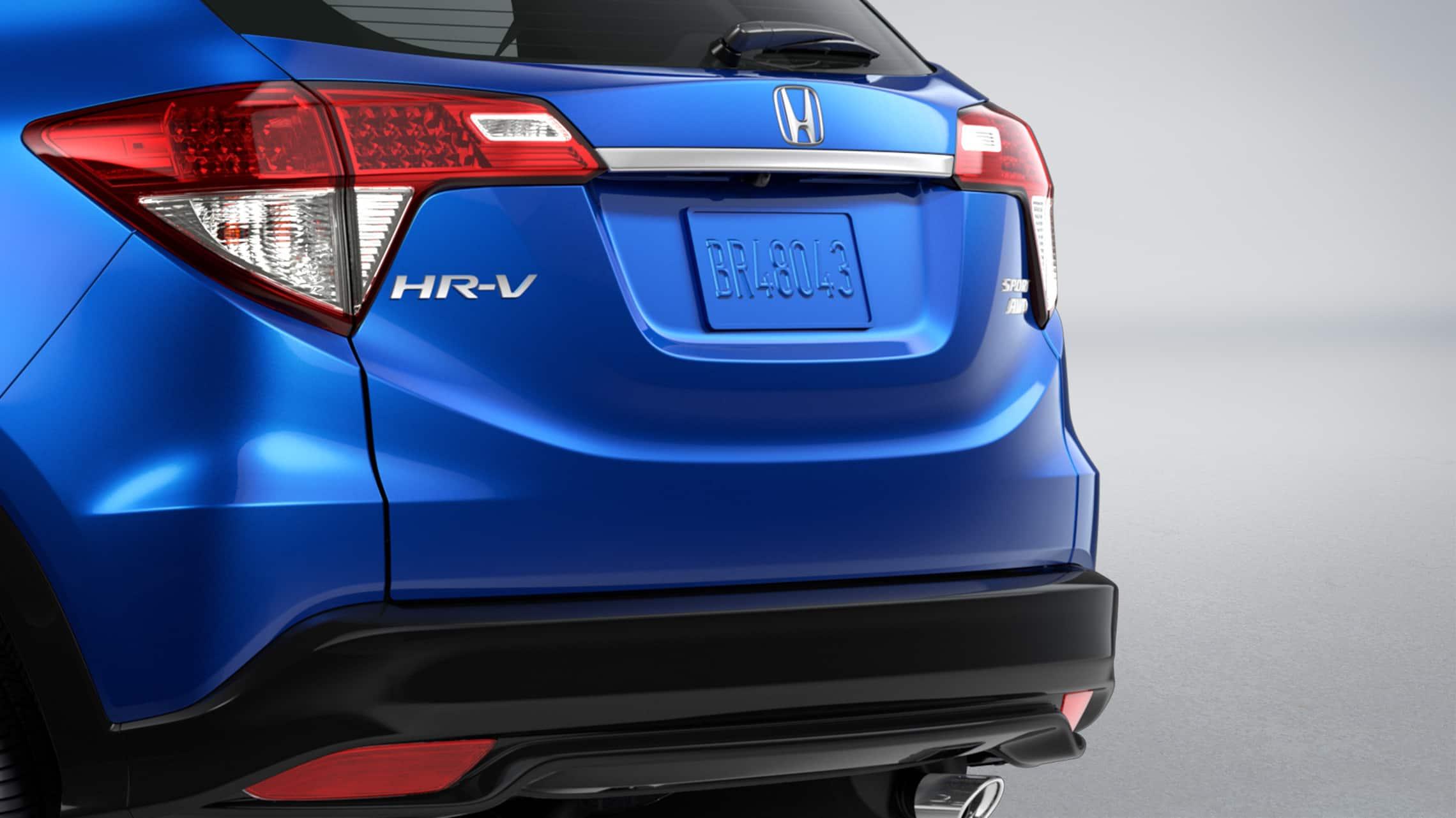 Vista trasera de 3/4 desde el lado del pasajero del detalle de las luces de freno en la Honda HR-V Sport2020 en Aegean Blue Metallic.