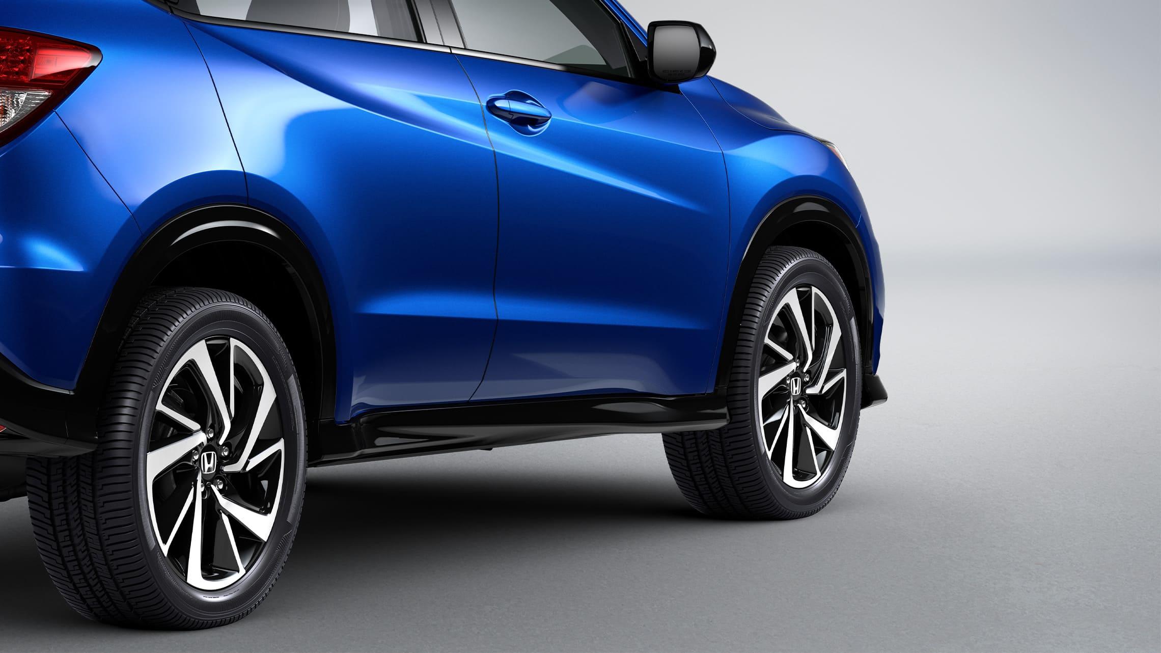 Vista trasera de 3/4 desde el lado del pasajero del detalle del umbral en la Honda HR-V Sport2020 en Aegean Blue Metallic.