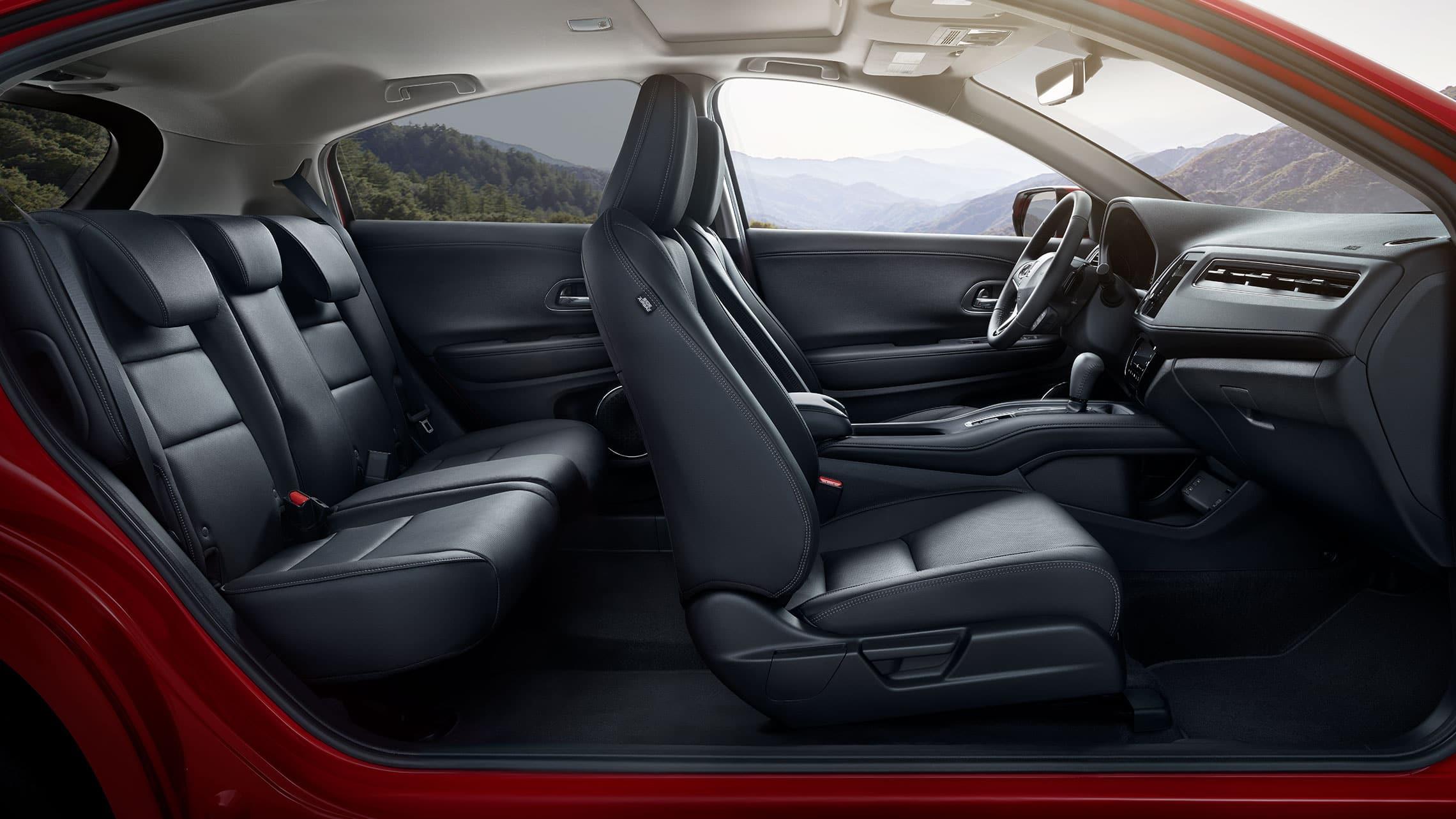 Vista interior de los asientos delanteros de la Honda HR-V Touring2020 en Black Leather.