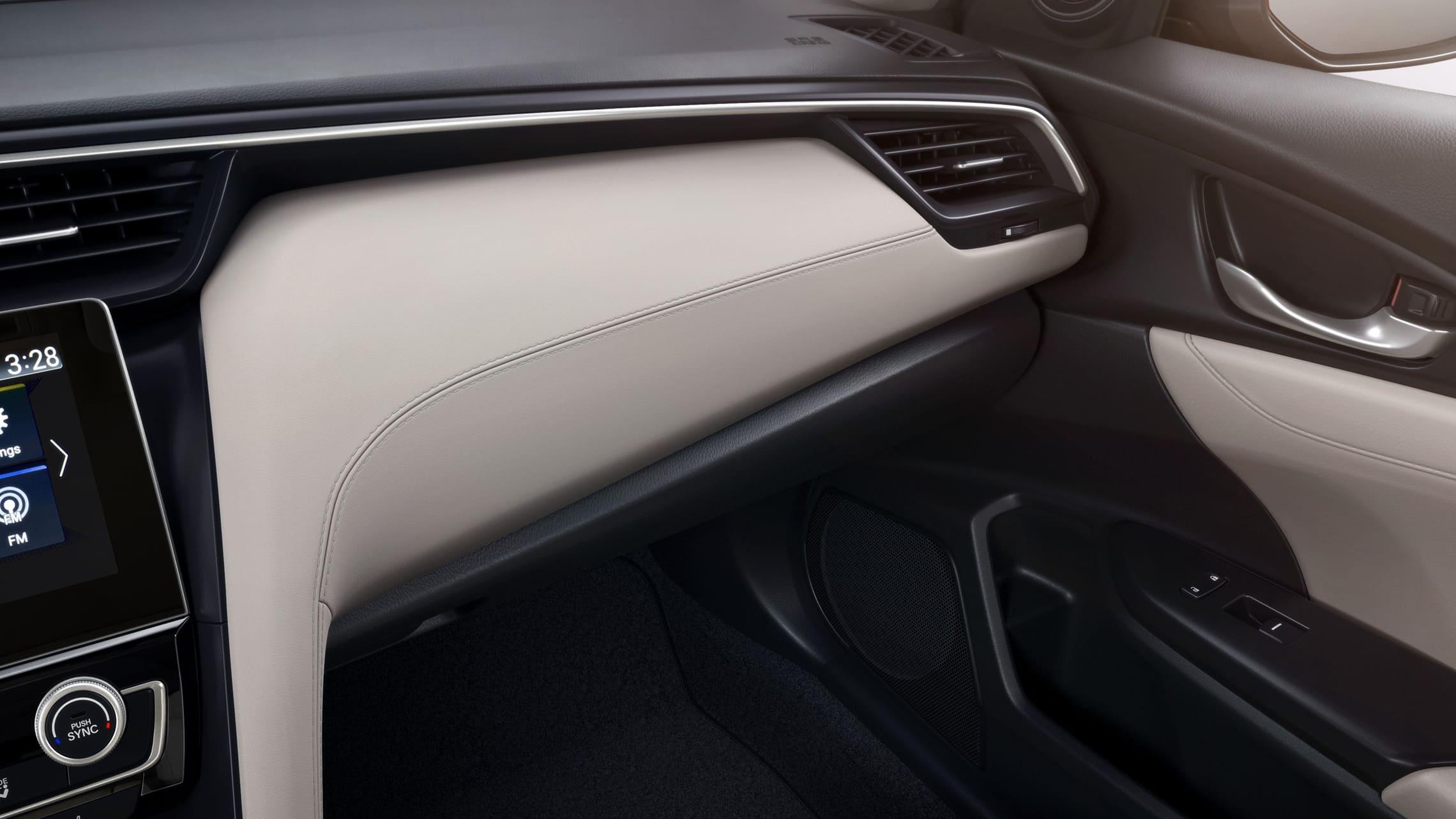 Vista en primer plano del interior del detalle del tablero en el Honda Insight Touring2020 con interior en Ivory Leather.
