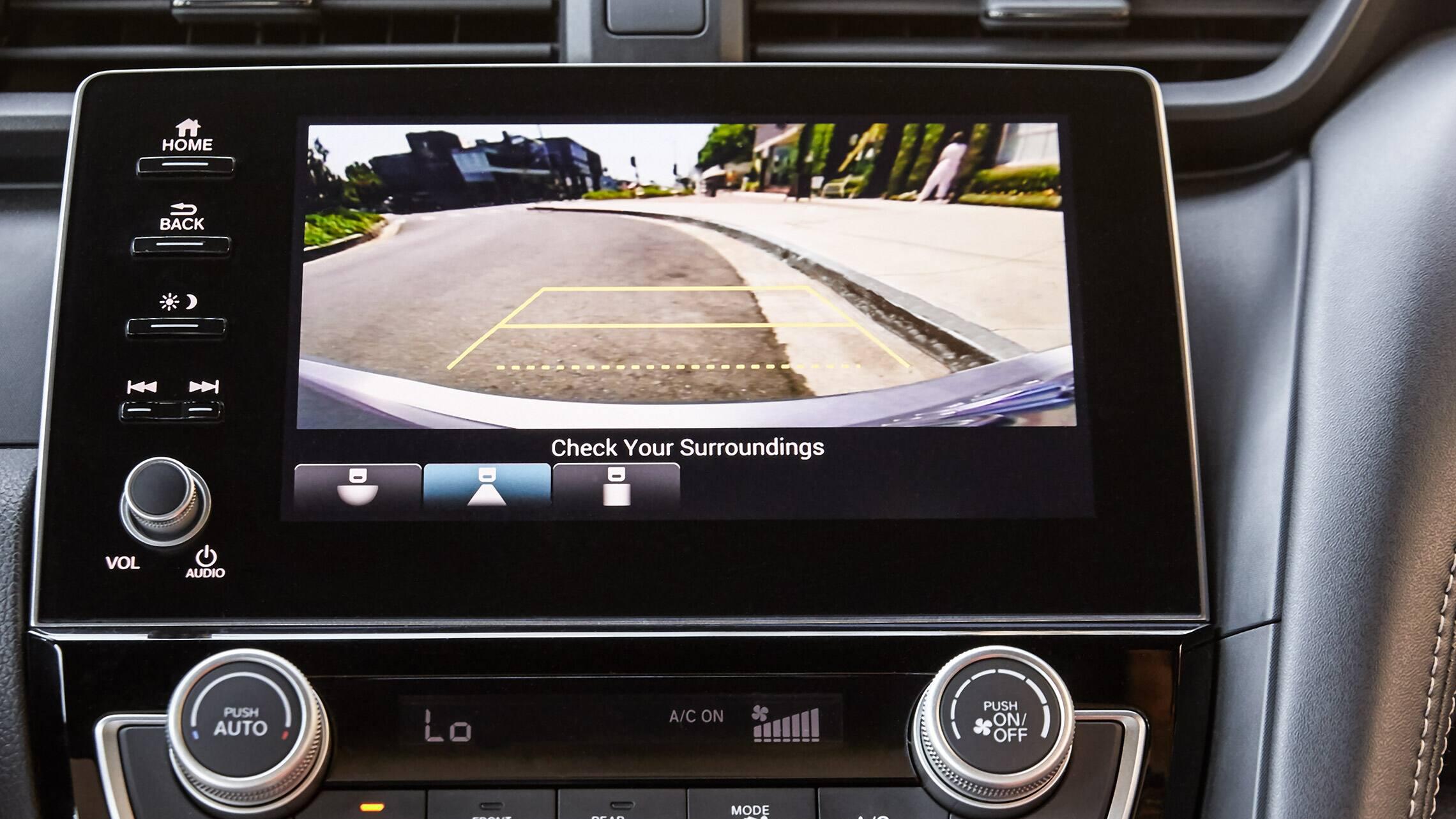 Detalle de reversa en el sistema de audio en pantalla del Honda Insight2020.