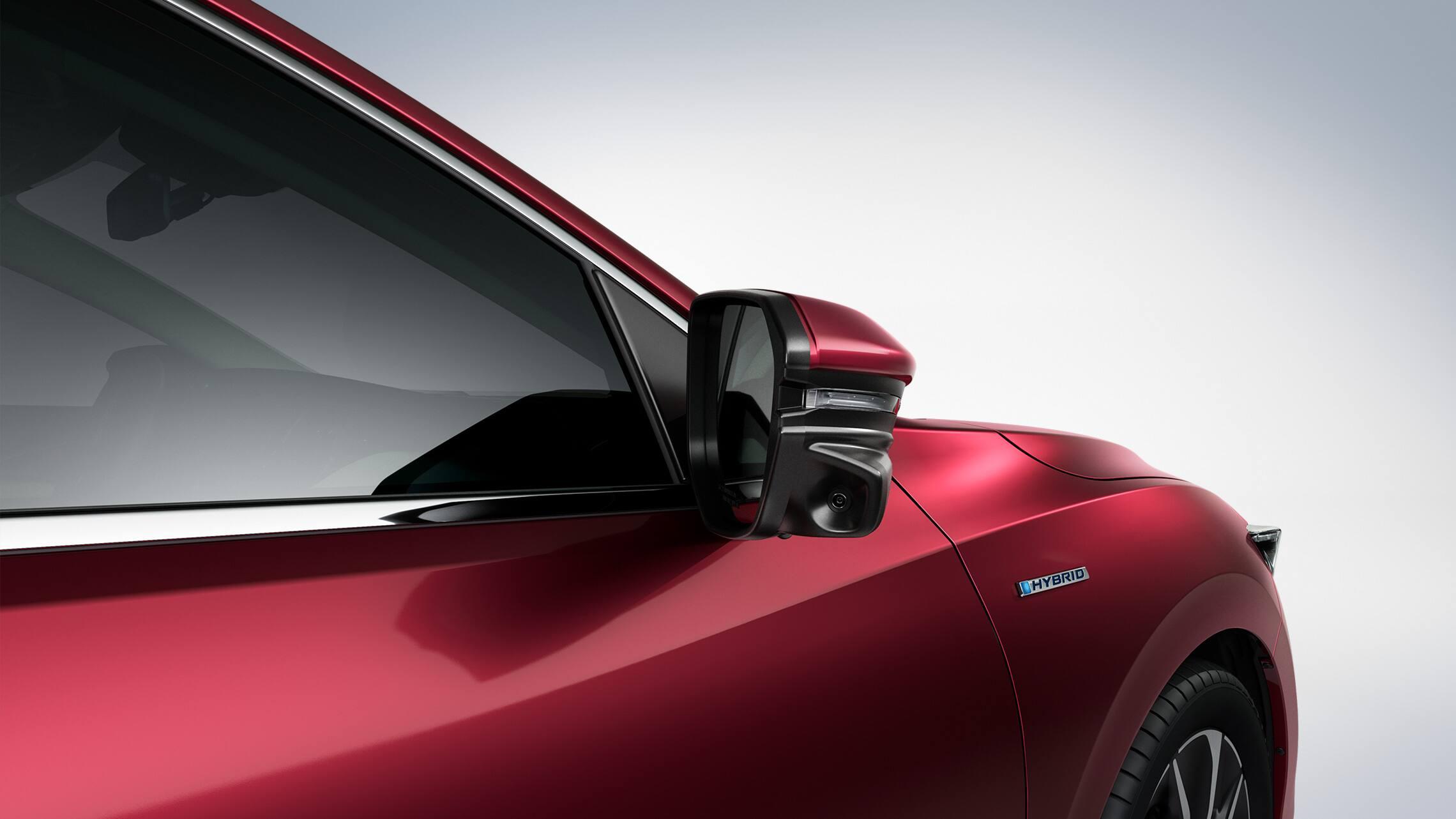 Detalle de la cámara Honda LaneWatch™ en el espejo del lado del pasajero del Honda Insight2020 en Crimson Pearl.