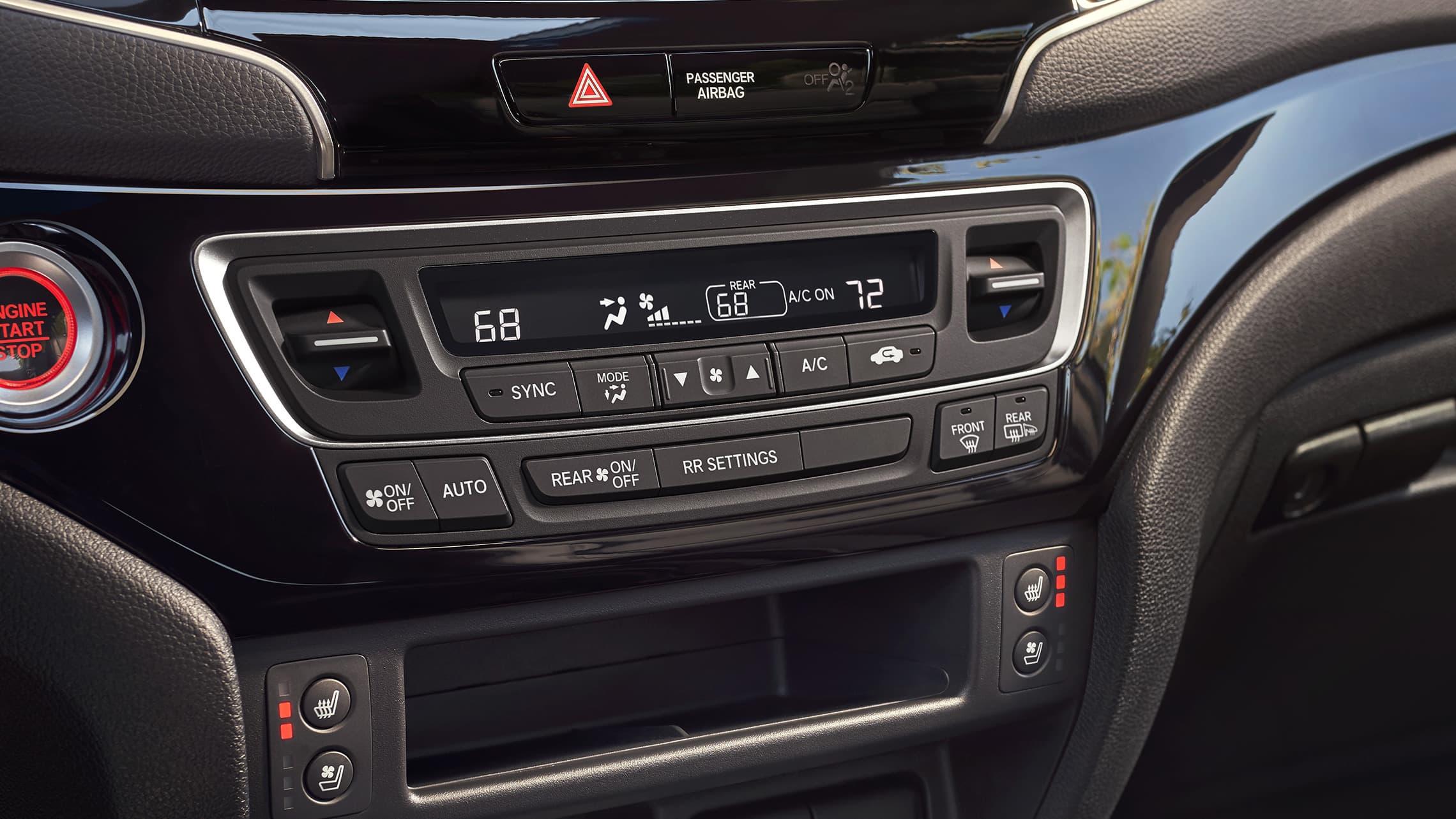 Detalle del control de clima automático de tres zonas en la Honda Passport Elite2020 con interior en Black Leather.