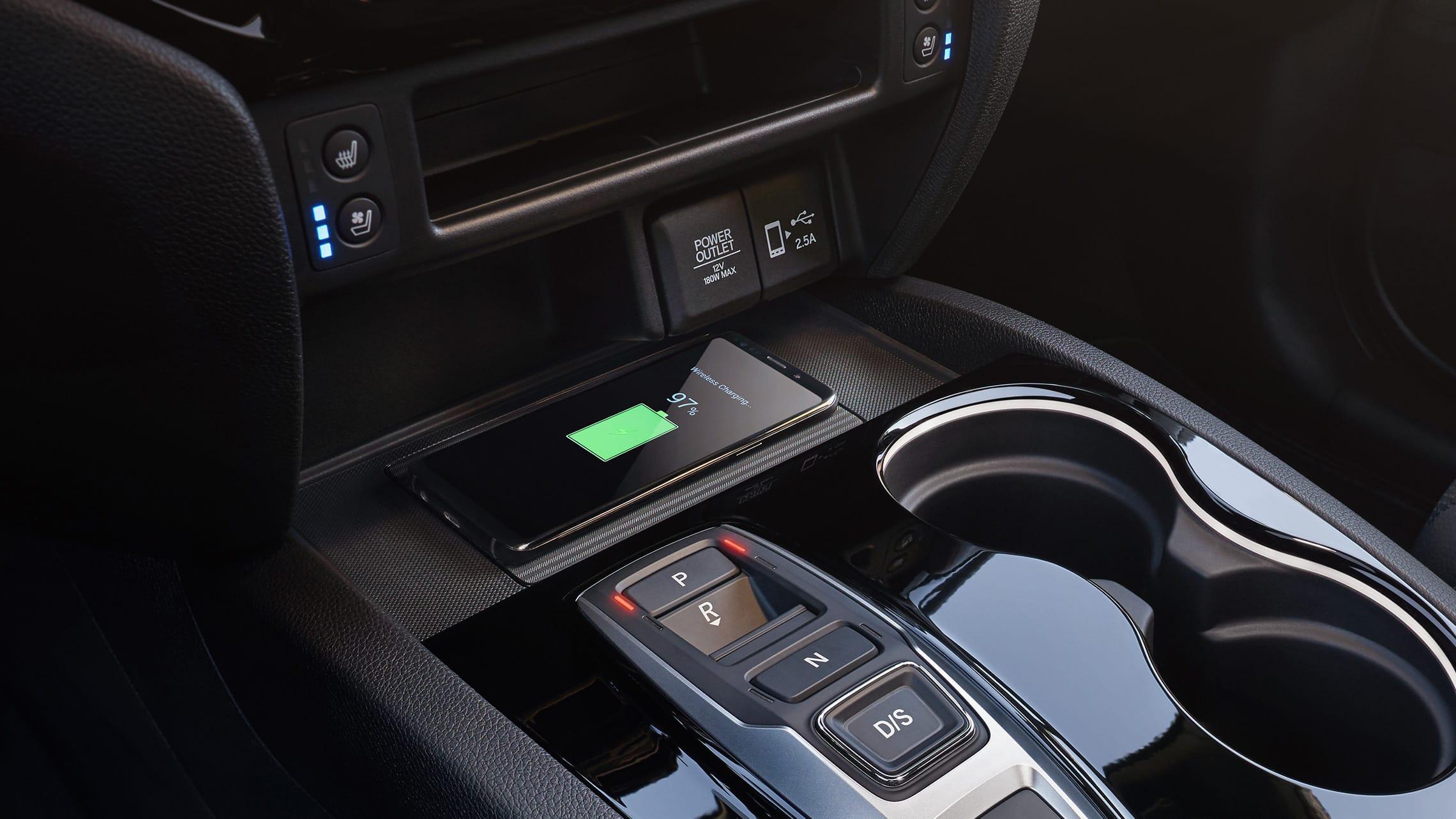 Detalle de cargador de teléfono inalámbrico en la Honda Passport Elite2020.